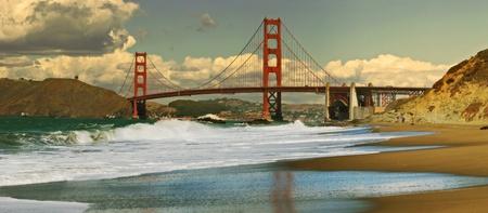 米国カリフォルニア州、サン Francisco のベイカービーチから見たゴールデン ゲート ブリッジのパノラマ ビュー。