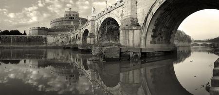 rome italie: Vue panoramique sur la c�l�bre Ch�teau Saint-Ange et le pont sur le Tibre � Rome, Italie (s�pia).