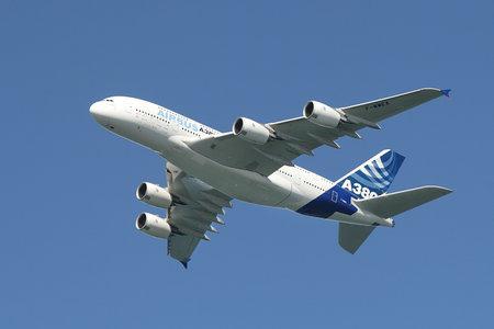aviones pasajeros: SAN FRANCISCO - 06 de octubre: Bigest avi�n de pasajeros A380 en el aire durante el vuelo de demostraci�n sobre el �rea de la Bah�a antes de su primer aterrizaje en el aeropuerto internacional de San Francisco el 06 de octubre de 2007 en San Francisco, EE.UU. Airbus. Editorial