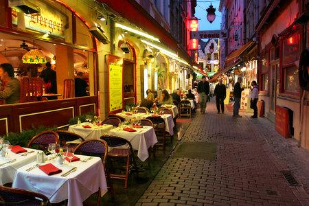 브뤼셀, 벨기에 년 - 2007 년 월 12 일 : 레스토랑, 바, 커피 숍과 도시의 역사적인 부분에서 인기있는 관광지 지구는 벨기에 브뤼셀에 2007년 7월 12일에 밤을 열었다. 스톡 콘텐츠 - 11940887
