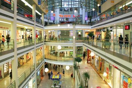centro comercial: PRAGA - 07 de julio: Palac comercial flora normal de interiores. Inaugurado en 2003, consta de 4 pisos, 120 tiendas, cine y teatro IMAX de la ciudad. Este es uno de los mayores centros comerciales en Praga, Rep�blica Checa el 07 de julio de 2004.