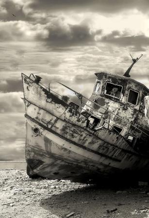 Vertical de la imagen orientada al viejo y oxidado barco en el puerto de Yafo Jaffa, Israel tonos sepia