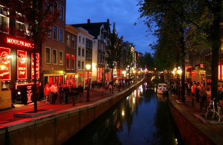암스테르담 - 7 월 16 일 : 암스테르담, 네덜란드에서 저녁에서 유명한 홍등가. 스톡 콘텐츠 - 12592188