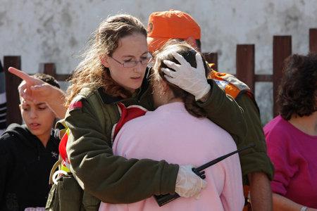 evacuacion: Ashkelon - 10 de enero: Un soldado israel� por parte del equipo de rescate tiene y abrazos ni�a que fue testigo de misil lanzado por terroristas de Hamas desde Gaza estallan cerca de su casa el 10 de enero de 2009 en Ahskelon, Israel.