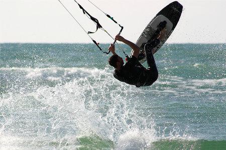 windsurf: Mar Mediterráneo, Israel - Noviembre 01, 2007: saltos no identificados kitesurfer sobre el agua durante el vuelo sin motor en 01 de Noviembre, 2007 en el Mar Mediterráneo, Israel.