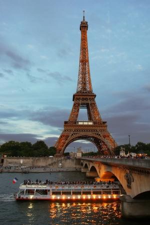 seine: PARIJS - JULI 2007: Een boot reist de buurt van de Eiffeltoren juli 2007 in Parijs.