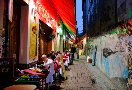 belgie: Brussel, België - 12 juli 2007: Populaire toeristische wijk in het historische deel van de stad met restaurants, bars en cafes de hele nacht geopend op 12 jul 2007 in Brussel, België. Redactioneel
