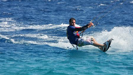windsurfing: EILAT, ISRAEL - 31 DE MARZO: se desliza kitesurfer no identificados en la superficie del agua en el Mar Rojo 31 de marzo 2010 en Eilat Israel. Editorial