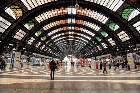 MILAN - június 7: Milan Central Station (aka Milano Centrale) belső udvarra néző. Milano Centrale a főpályaudvar a Milan és az egyik fő vasútállomások Európában. Akkor indult 1931-ben, és ez szolgál a nemzeti és nemzetközi útvonalak Milánó, I