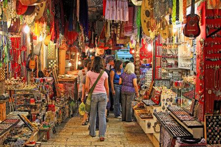 エルサレム - 3 月 15 日: 中東の伝統的な製品やお土産の様々 な提供するエルサレムの旧市街で有名なオリエンタル市場。市場は観光客やパーマーズ 2