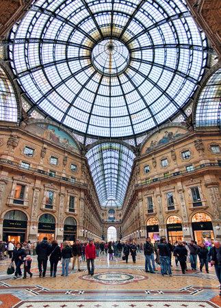 milánó: MILAN - november 15: Galleria Vittorio Emanuele II vertikális irányultságú kép - a legrégebbi bevásárlóközpont otthonául egy négy emeletes, és magában foglalja üzletek, éttermek és bárok. Galleria nevezték el az első olasz király, és eredetileg 1861-ben Mil Sajtókép