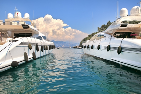 2 つの大きな白い高級ヨット ポルトフィーノ イタリアの地中海の湾に停泊しています。 写真素材
