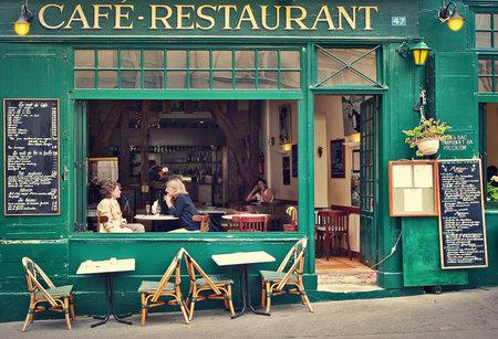 파리 - 7월 8일 보도에 전형적인 파리의 카페 레스토랑, 바, 커피 숍의 오픈 테라스에 앉아 두 여자 7 월 08, 2007에 프랑스 파리를 방문 파리 시민 및 관광