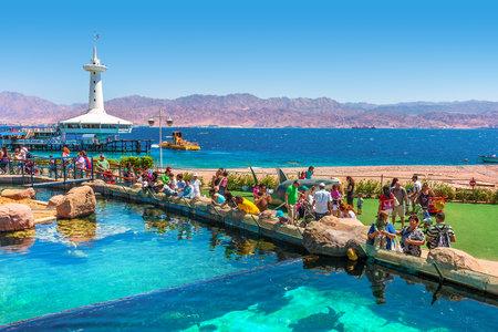 Eilat, Israel - 31 de marzo 2010 Los visitantes en el parque marina - uderwater observatorio con cientos de miles de visitantes al año permite explorar las maravillas del Mar Rojo de cerca y situado en popular complejo turístico de Eilat