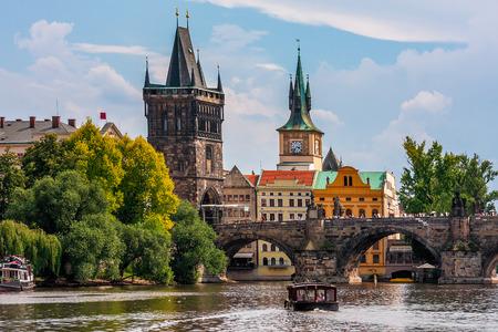 프라하, 체코 중세 타워와 유명한 찰스 다리 블 타바 (Vltava)를 통해 강