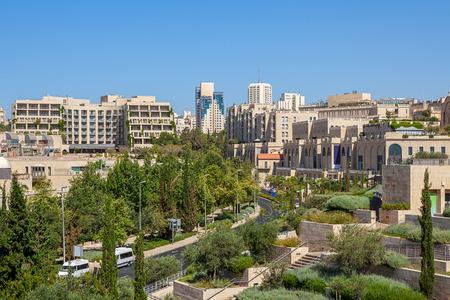 エルサレム、イスラエルの Mamilla 地区で通りおよび新しい建物のビュー。