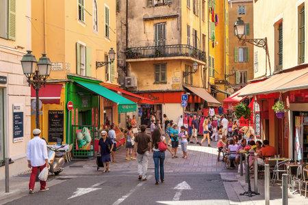 NICE FRANCIE 23.srpna 2014: Turisté sedí v venkovní restaurace a chůze do starého města Nice páté nejlidnatější a je druhým francouzské město na pobřeží Středozemního moře a jedním z nejnavštěvovanějších příjem 4.000.000 turistů ročně.