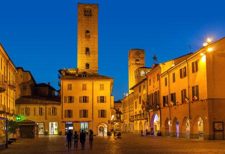 truffe blanche: Alba, Italie - MAI06 2015: Vue sur la petite place parmi les vieilles maisons et des tours médiévales à Alba - capitale de la région des Langhe, célèbre pour sa production de truffe blanche, la pêche et le vin. Éditoriale