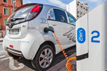 ニース, フランス - 2014 年 8 月 23 日: 電気自動車充電ステーション - 60 以上の駅と 200 以上の電気自動車共有ニースのサービス人気都市セルフ サービ