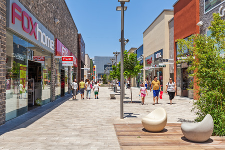 ashdod: ASHDOD, ISRAEL - JULY 22, 2015: People on the streets among shops and boutiques of modern opened mall - owned by BIG Shopping Centers Ltd., founded in 1994 and operates in four countries - Israel, the United States, India and Serbia. Editorial