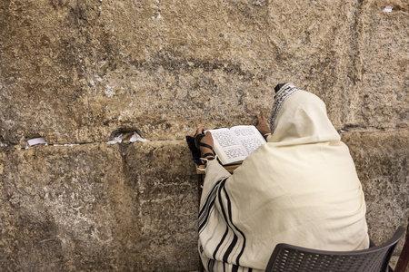 JEROZOLIMA, IZRAEL - LIPIEC 16, 2015: Modlitwa modli się przy Western Ścianą na Tisha B'Av - roczny szybki dzień w Judaizmie, upamiętnia rocznicę liczbę katastrofy w Żydowskiej historii i zniszczenie Pierwszy i Drugie świątynie w Jerozolima.