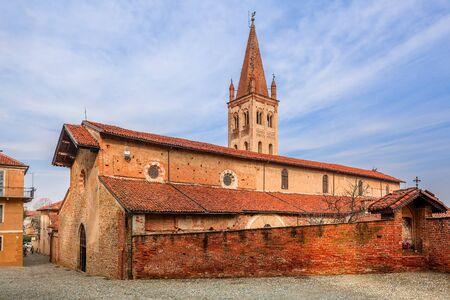 イタリア北部ピエモンテ州のサルッツォの小さな町の古いれんが造りの教会。 写真素材