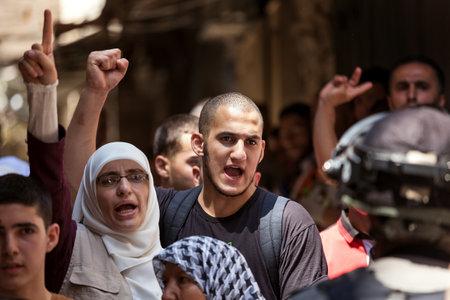 Jerusalén, ISRAEL - 26 de julio, 2015: Los palestinos en ciudad vieja de Jerusalén protesta contra la subida de judios religiosos al Monte del Templo durante Tisha B'Av - día de ayuno anual en el judaísmo conmemora la destrucción del Primer y Segundo Templo.