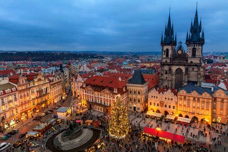 프라하, 체코 공화국 - 년 12 월 (10), 2015 위의 Tyn 교회, 크리스마스 트리와 프라하의 올드 타운 전통 시장에서보기 - 지역 주민과 관광객들에게 유명하고 인기있는 destionation 겨울 휴가 동안.