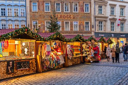 PRAGA, Repubblica Ceca - 10 dicembre 2015: cabine di legno nel centro storico che offrono souvenir e prodotti durante il tradizionale mercato di Natale che si svolge ogni anno il mese di dicembre. E 'meta molto popolare tra i turisti in visita a Praga.