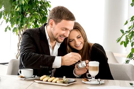 desayuno romantico: Pareja joven sentado y abrazando en el restaurante
