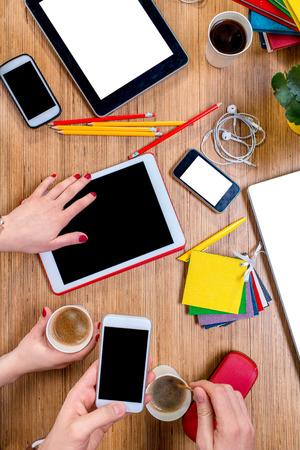estudiantes: Trabajar o estudiar con aparatos digitales y diferentes cosas colorido y el caf� en la mesa de madera. Vista superior Foto de archivo