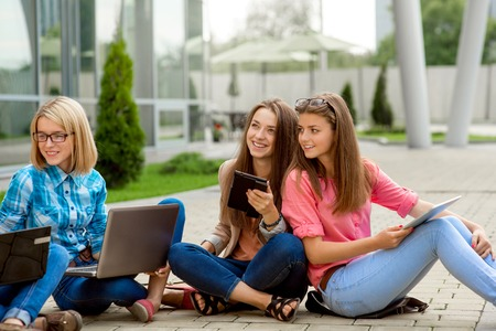 若いとハッピー ガール フレンドや学校や大学の休憩で楽しいクラスメート。