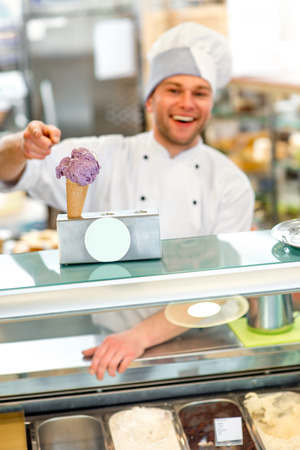 coif: Confectioner selling ice cream in the pastry shop Stock Photo