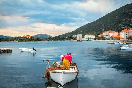 pecheur: P�cheur prepairing pour la chasse sur le bateau dans la vieille ville portuaire