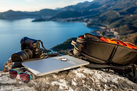 Resa fotograf utrustning på Rocky Mountain med vackra landskap i bakgrunden Stockfoto