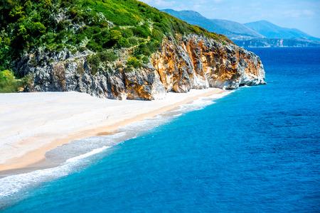 Gjipe strand met rotsen en rivier in Albanië Stockfoto