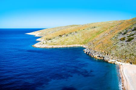 Mooie Dhermi strand met rotsachtige bergen op de achtergrond in Albanië Stockfoto