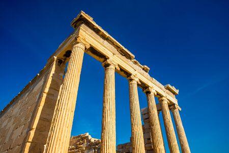 ancient greece: El templo de Erectei�n en la Acr�polis en Atenas, Grecia Foto de archivo