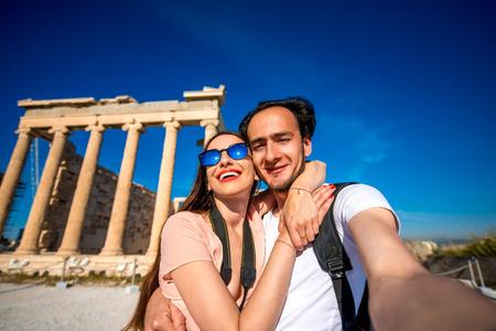 grecia antigua: Los viajeros jovenes de los pares que toman el cuadro selfie con Erectei�n templo en el fondo de la Acr�polis en Atenas, Grecia