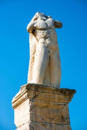 statue grecque: Statue grecque dans Agora pr�s de l'Acropole � Ath�nes