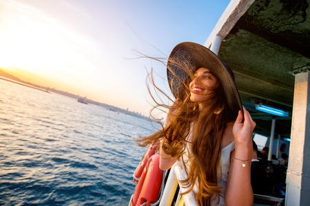 이스탄불의 보스포러스 해협을 횡단하는 페리 보트에서 바다를 즐기는 행복한 여자 스톡 콘텐츠