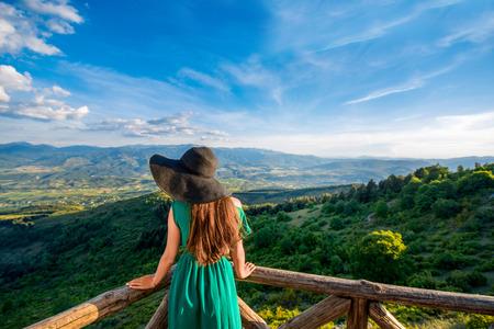 sombrero: Mujer de pie en la gran terraza con vistas al paisaje de monta�a en Macedonia
