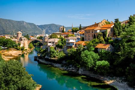 보스니아 헤르체고비나 네 레트 바 강에 오래 된 다리와 고대 건물 모스 타르 도시에 아름 다운보기