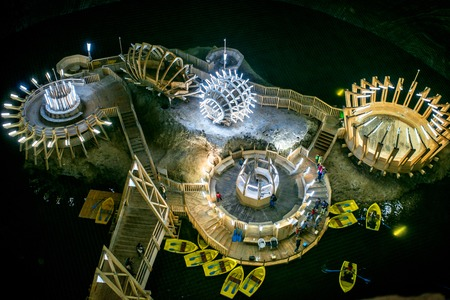 Turda, Roemenië - 30 juni 2015: Ondergronds meer in de zoutmijn Salina Turda museum in Roemenië