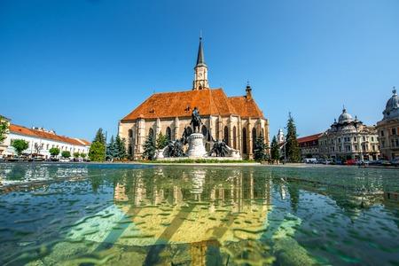Michael's Church en Matthias Corvinus monument in Cluj Napoca in Roemenië Stockfoto - 42115375
