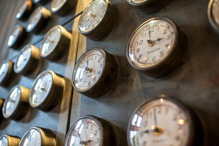 reloj: Metal oxidado pared con viejos relojes con estilo y diferente tiempo