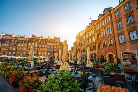 カフェとワルシャワ、ポーランドの美しい晴れた朝にレストランにマーケット広場