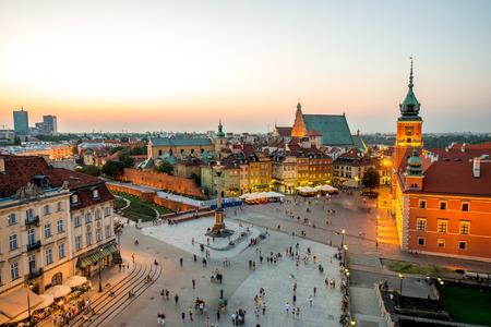 Bovenaanzicht van Koninklijk kasteel en de oude stad vol met mensen in Warschau op de avond Stockfoto