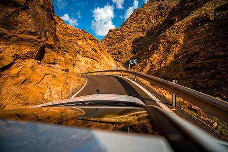 Carretera de montaña con reflejo de coche en la parte occidental de la isla de Gran Canaria