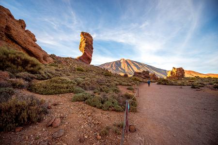 日没には、テネリフェ島テイデ公園の美しい岩砂漠の風景 写真素材